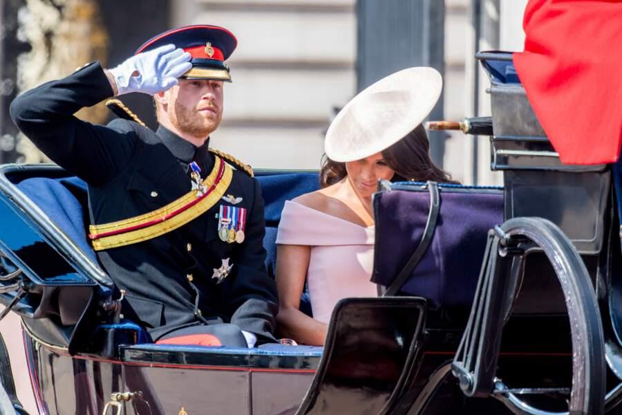Le prince Harry en plein salut militaire
