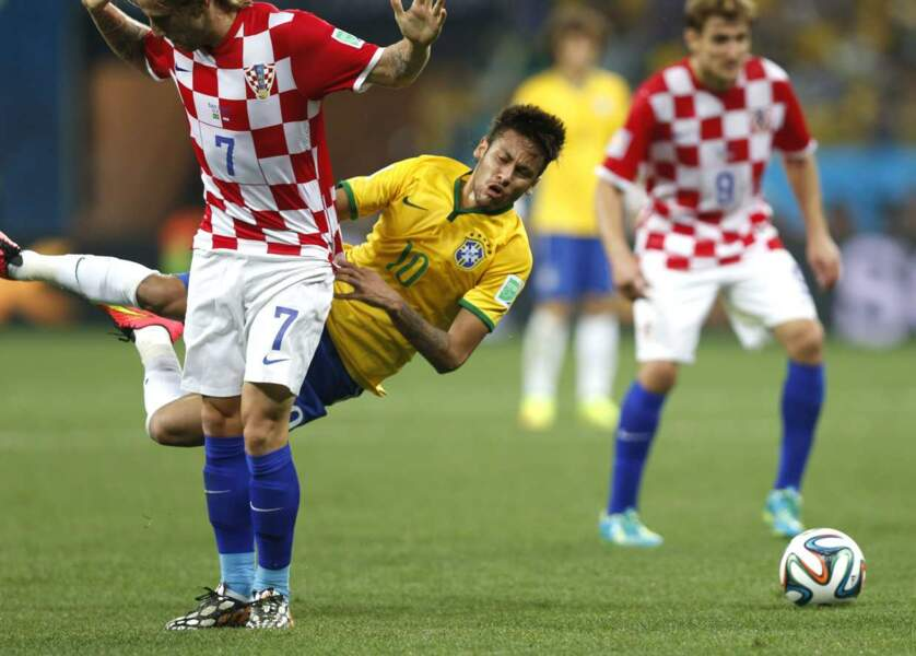 Neymar aurait bien chipé le maillot de ce joueur croate....