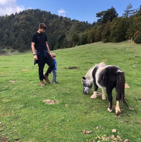 Gerard Piqué fait un tour à poney