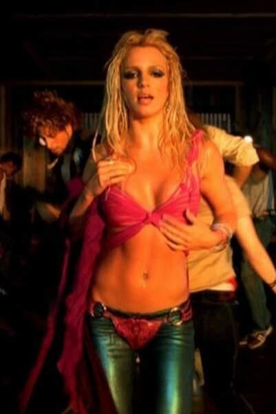 """Britney s'émancipe, en tenue sexy, dans le clip I'm a Slave 4 U (""""Je suis ton esclave"""" !) en 2001."""