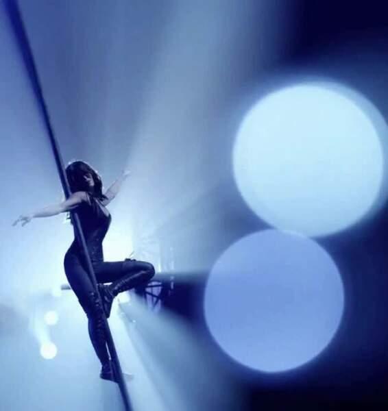 Hormis ses talents de chanteuse, Jenifer est aussi une acrobate hors pairs