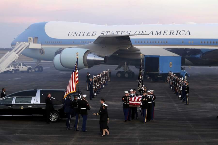 Le cercueil du défunt arrive à Houston, au Texas, où George H. W. Bush sera inhumé