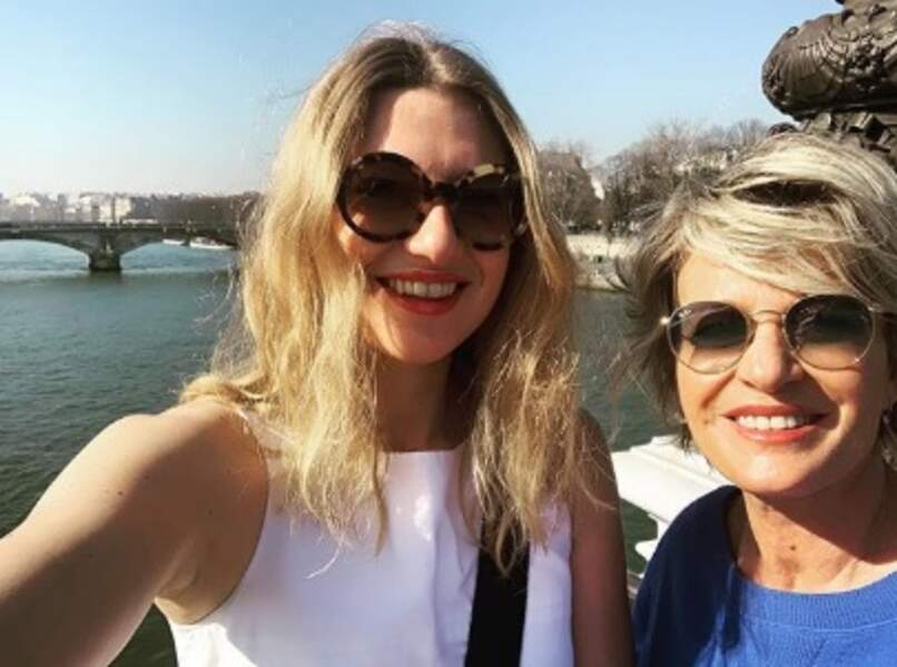 Sophie Davant a profité du beau temps parisien pour se balader avec sa fille Valentine.