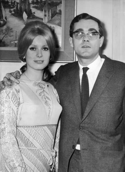 Avec Catherine Deneuve, héroïne des Parapluies de Cherbourg, en 1964