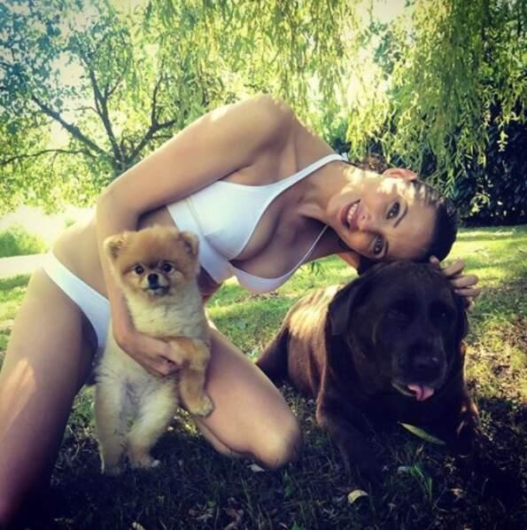 Frédérique Bel, elle, est plutôt accro à ses chiens.