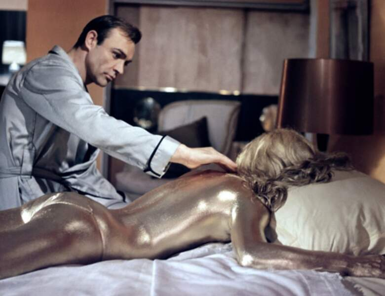 Sean Connery touche de l'or avec Honor Blackman dans Goldfinger