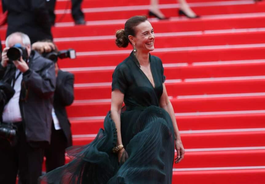 Carole Bouquet, très amusée par le vent