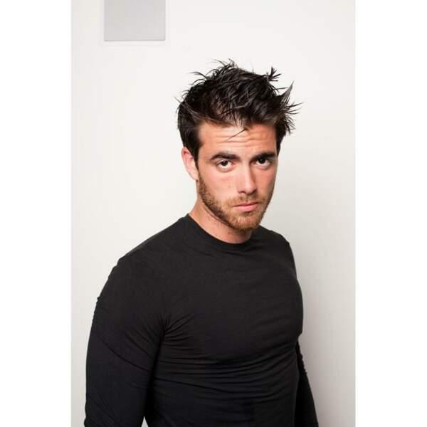 Jonathan Cannarsa-Hirschberg (Saison 3) est mannequin pour une marque de vêtements