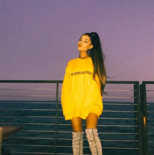 Attention les yeux ! La chanteuse Ariana Grande a sorti les cuissardes à paillettes !