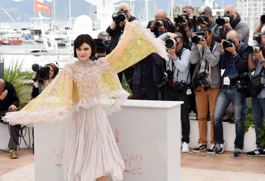 Et Soko a fait le show dans sa jolie tenue aérée