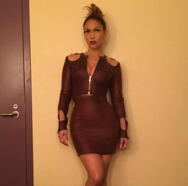 Par contre, on valide grave cette robe en cuir sur J.Lo.