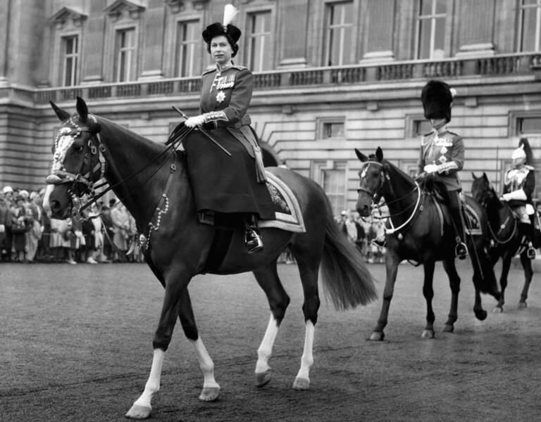 Ils montent les canassons lors des manifestations officielles. Elisabeth toujours devant Philip comme en 1960…