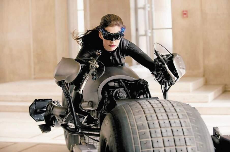 Anne Hathaway dans la peau de Catwoman prête à rouler à toute vitesse avec la Bat-moto