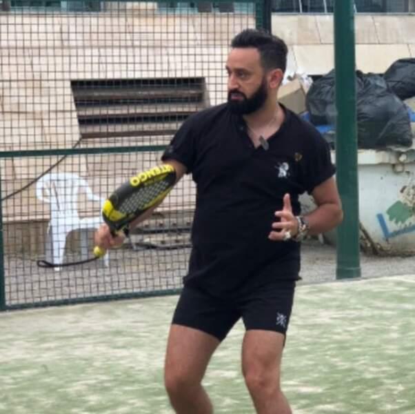 Enfin, Cyril Hanouna n'est jamais loin des courts de tennis... et s'exerce au padel