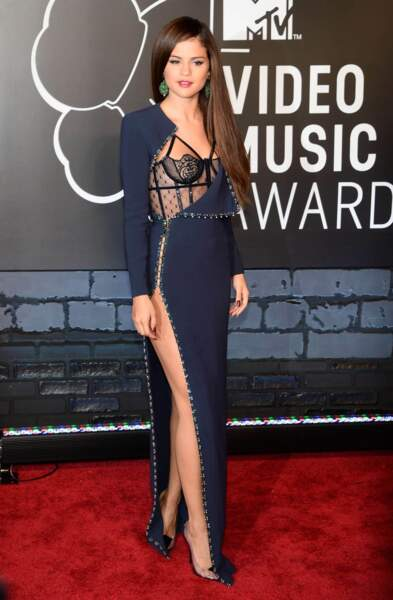 Dis-donc Selena, tu as pourtant les moyens de te payer une robe complète non ?