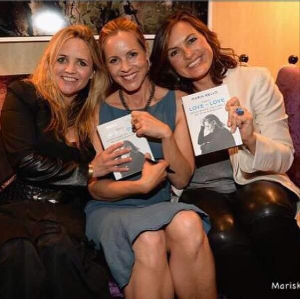 Séance de dédicaces pour son livre entourée de l'actrice Mariska Hargitay (à droite) et sa petite amie Claire Munn