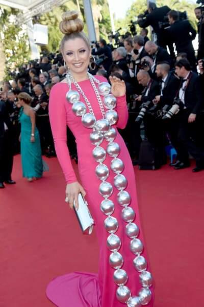 Elena Lenina, ex-Nice People, dans une tenue tout en extravagance !