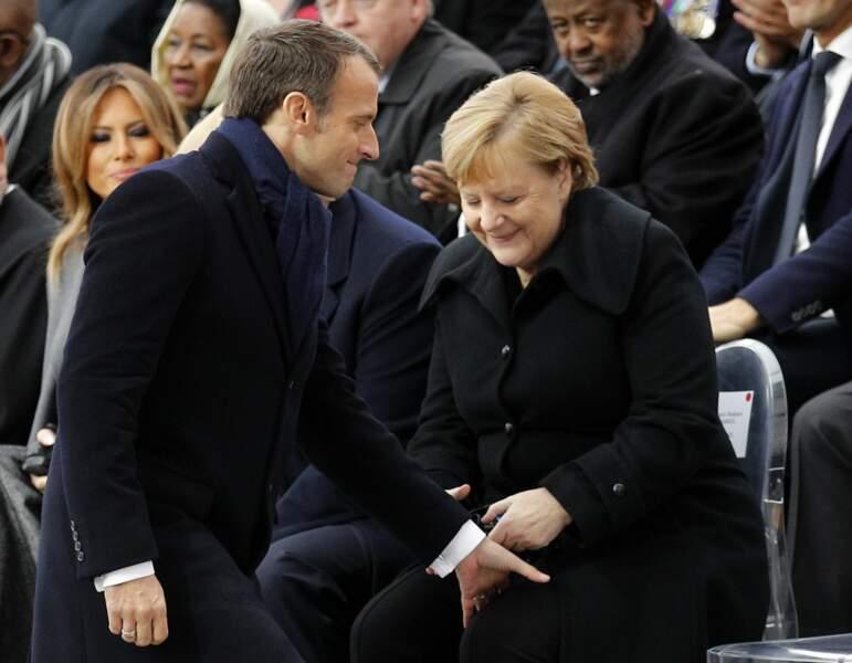 Emmanuel Macron taquin avec Angela Merkel