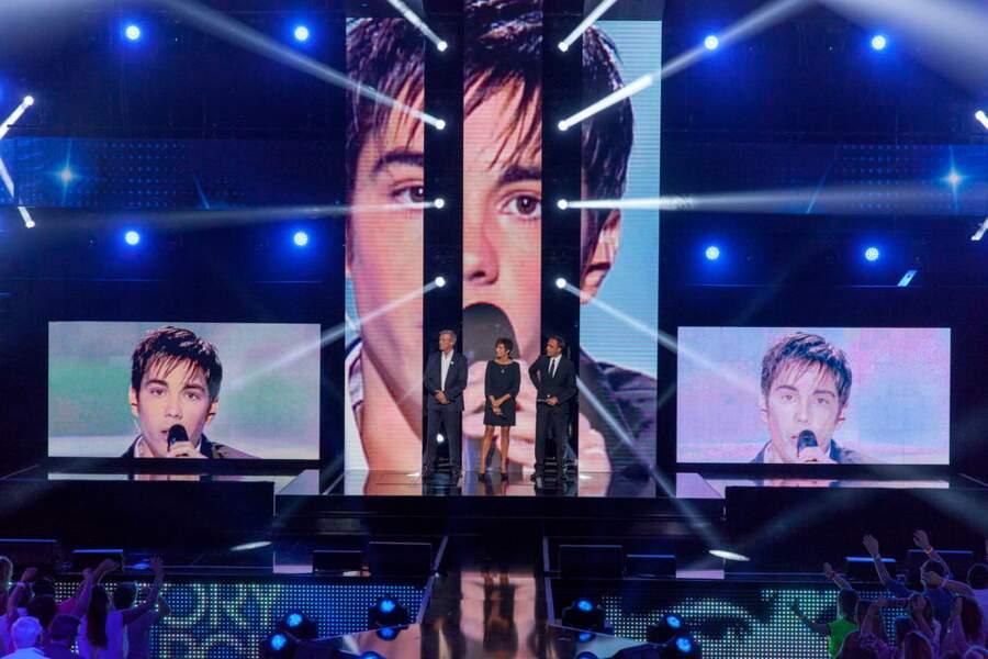 Sur le plateau, des images du jeune chanteur sont diffusées...