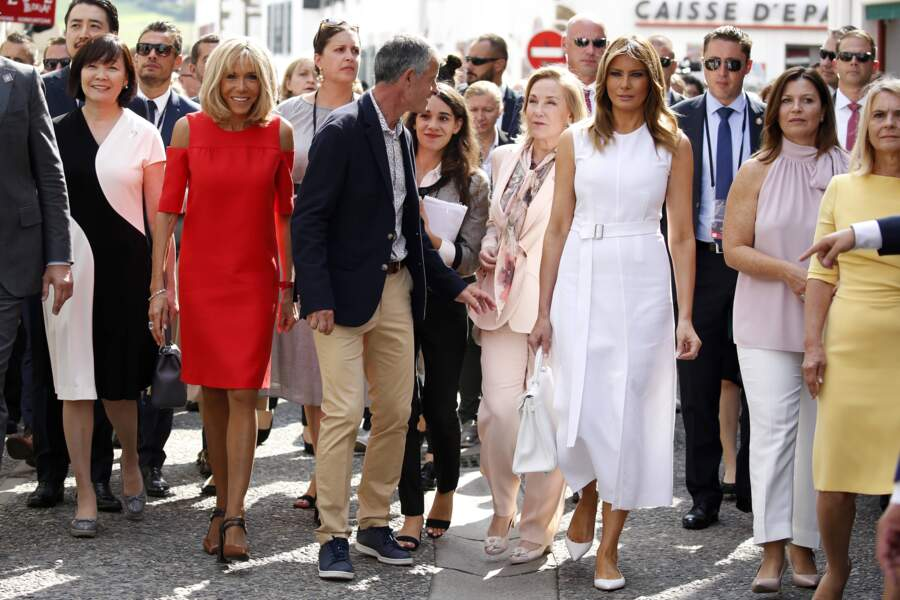 Les premières dames et le maire d'Espelette dans les rues de la ville