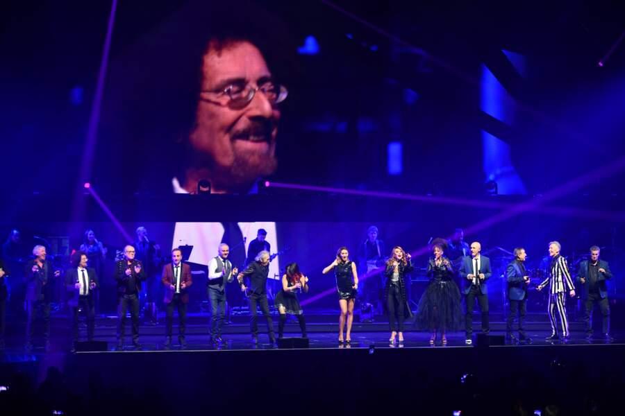 La troupe Stars 80 sous l'écran géant montrant Jean Schultheis