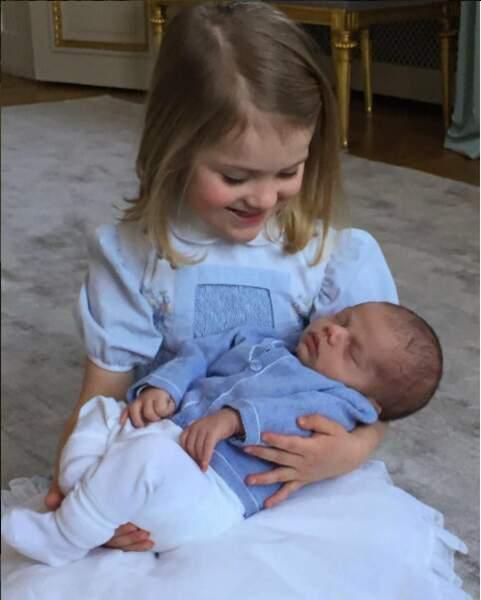 Estelle n'est pas peu fière d'avoir un petit frère