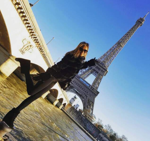 Car les mannequins en ont bien sûr profité pour découvrir Paris. Voici Kate Grigorieva en plein équilibre.