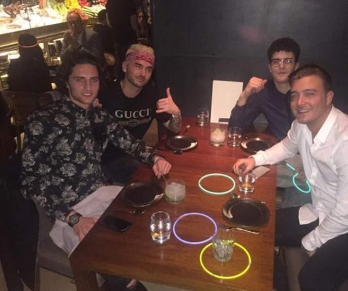 Les bracelets fluos étaient de sortie pour le joueur du PSG Adrien Rabiot et les siens !