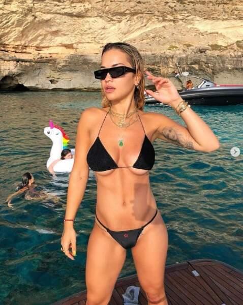 Et Rita Ora ne sait apparemment pas choisir sa taille de bikini.