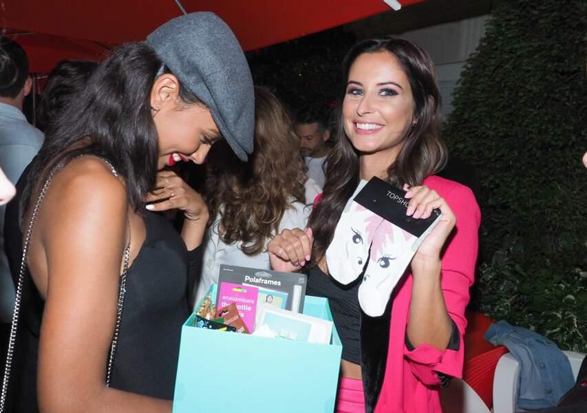 Notre Miss France 2010 a reçu de nombreux cadeaux amusants... Comme cette paire de chaussettes licornes !