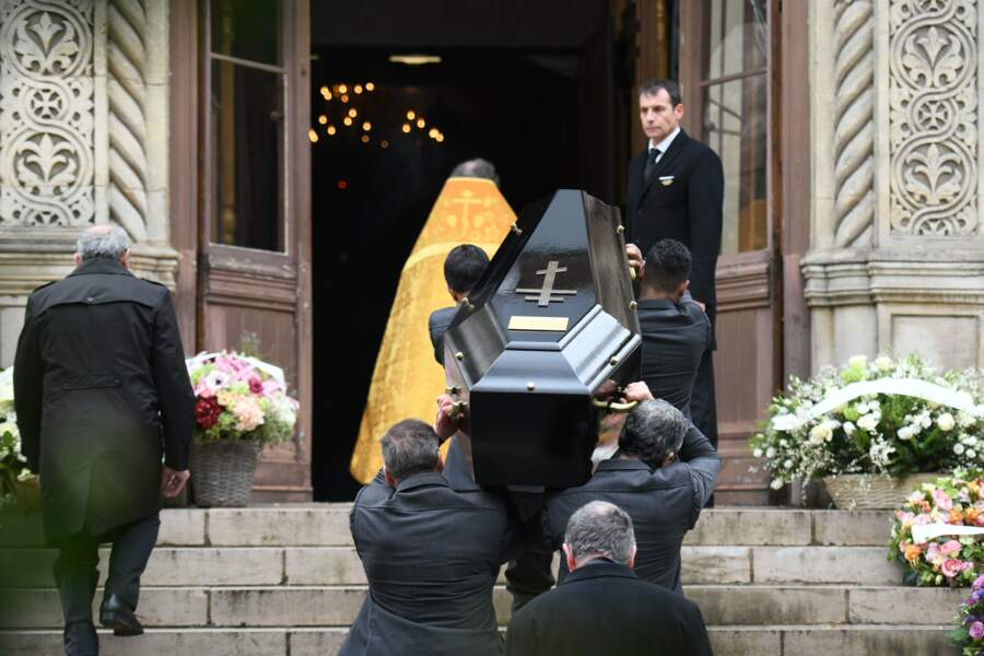Le cercueil de Michel Legrand arrive à l'Eglise
