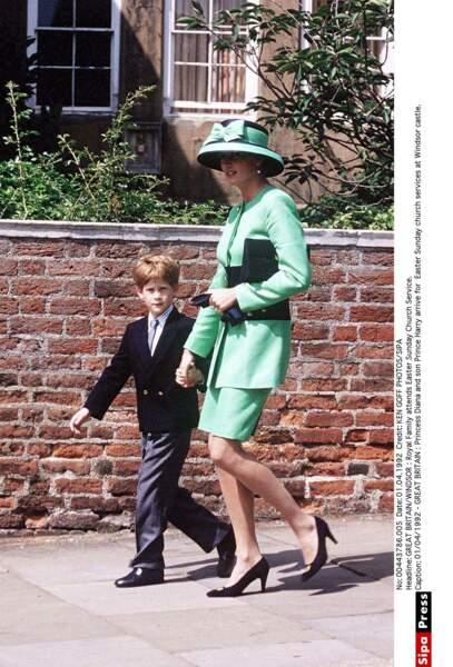 Dimanche de Pâques, Diana légère et distinguée emmène le Prince Harry à la messe au château de Windsor