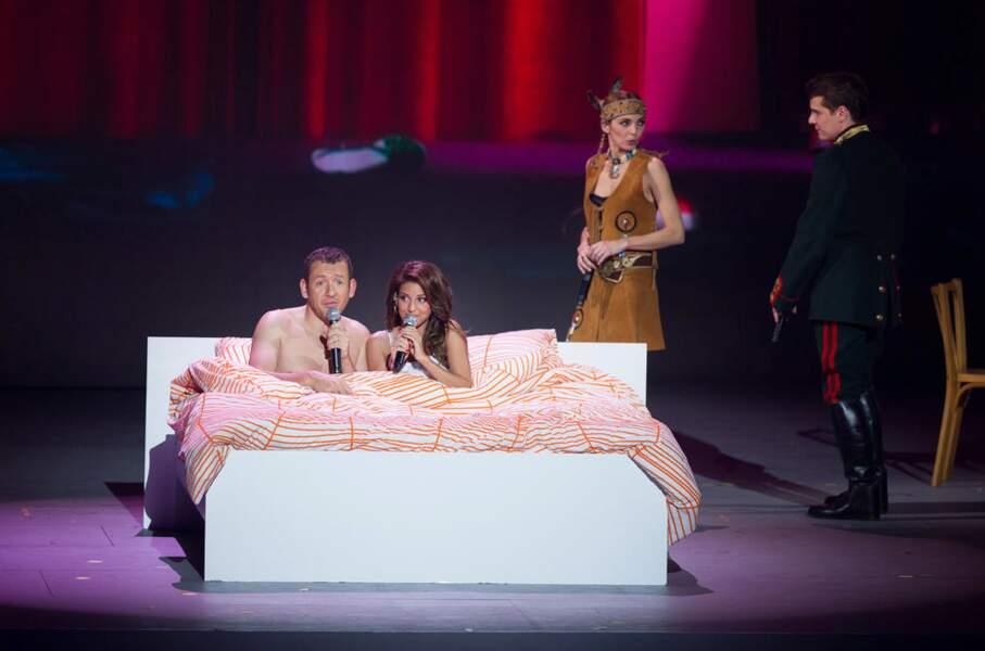 Dany Boon et Tal dans le même lit... Pas de doute, on est bien aux Enfoirés 2014