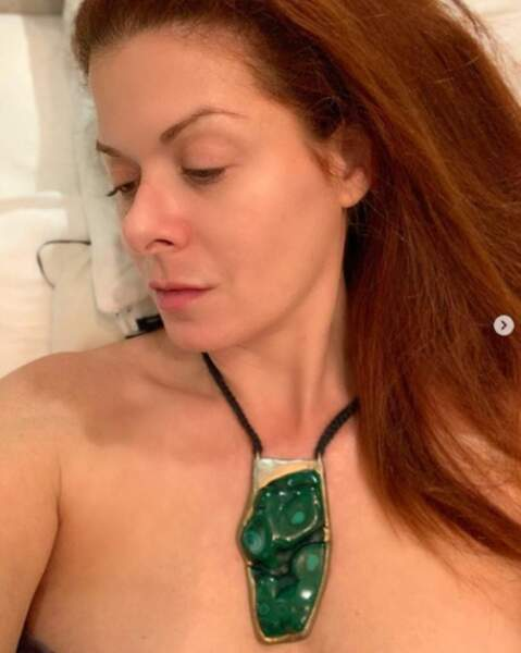 En vrac : Debra Messing aime les bijoux très discrets.