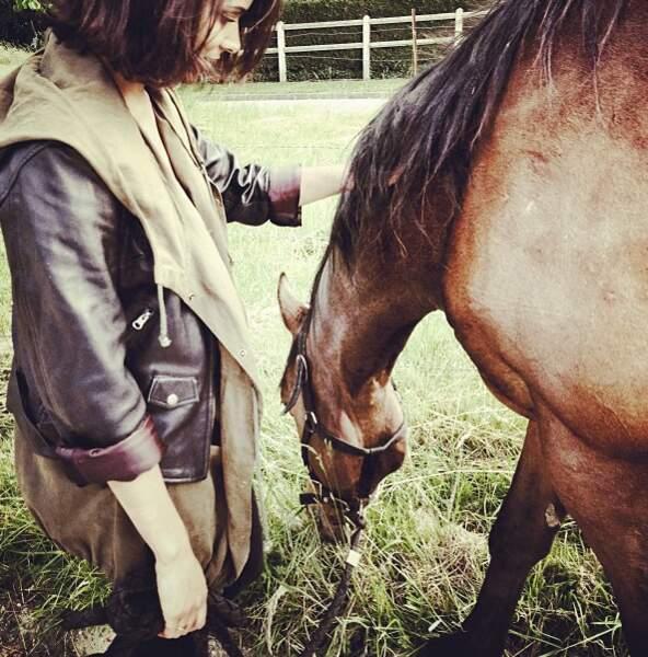 Shy'm elle, préfère aller faire du poney