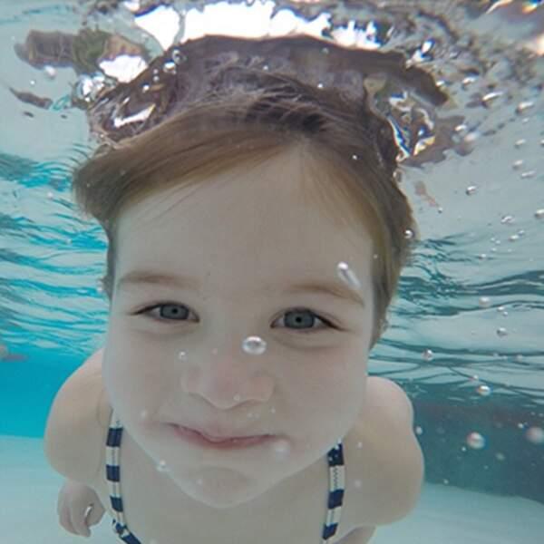 La petite Harper est tellement mignonne que même sous l'eau, elle est choupette