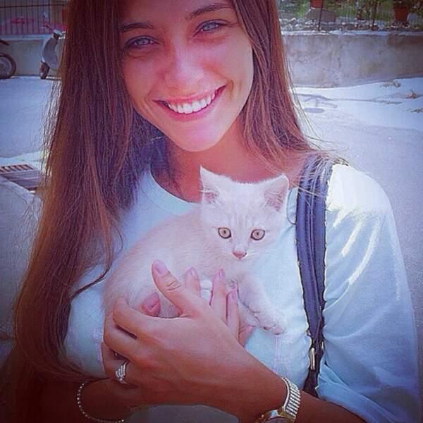 Trop mignonne avec le chaton ! =)