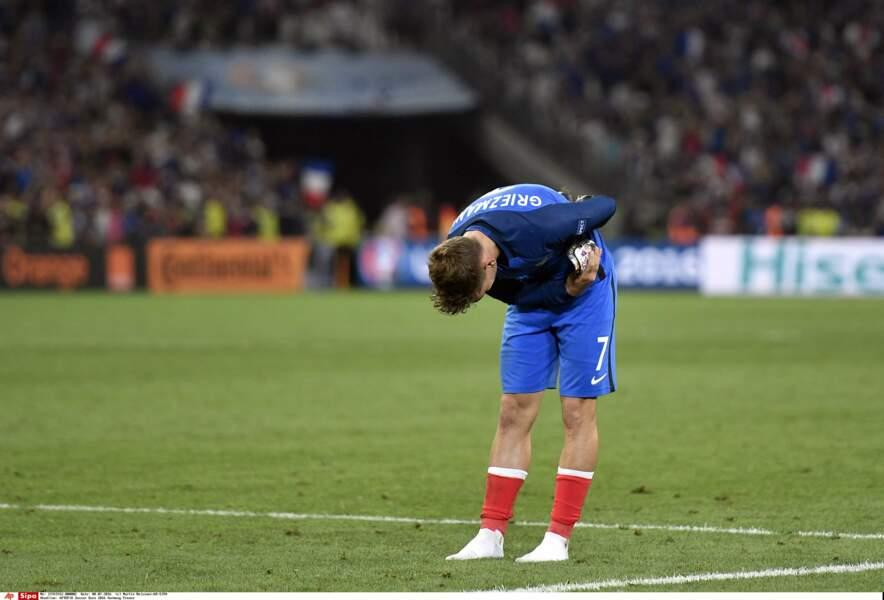 Antoine Griezmann s'incline devant la tribune des supporters français