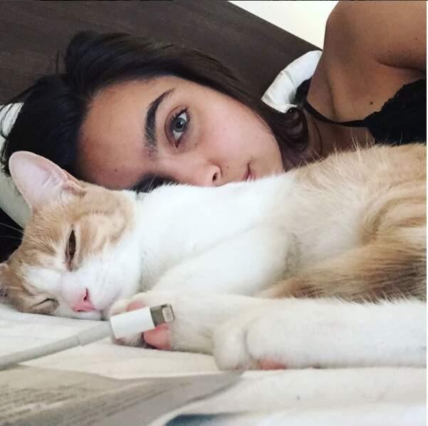 La jeune actrice a un penchant pour les chats. Elle en a un blanc...