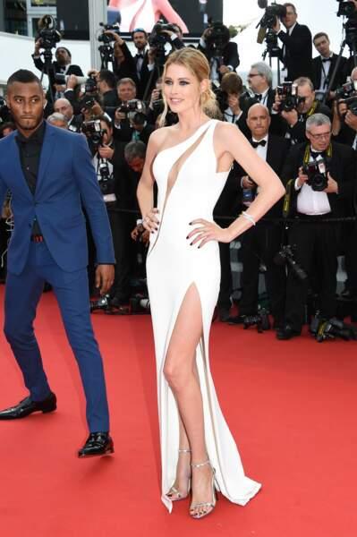 Doutzen Kroes monte les marches du Festival de Cannes 2015
