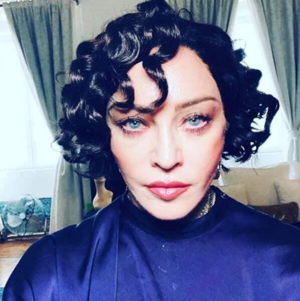 Vive les perruques : noir corbeau et boucles pour Madonna.