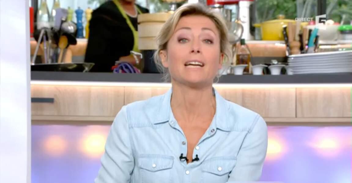 Chemise en jean pour Anne-Sophie Lapix : un bon basique !
