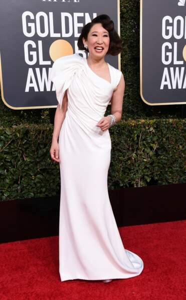 Présentatrice de cette 76ème édition, Sandra Oh a défilé sur le tapis rouge dans une belle robe blanche drapée