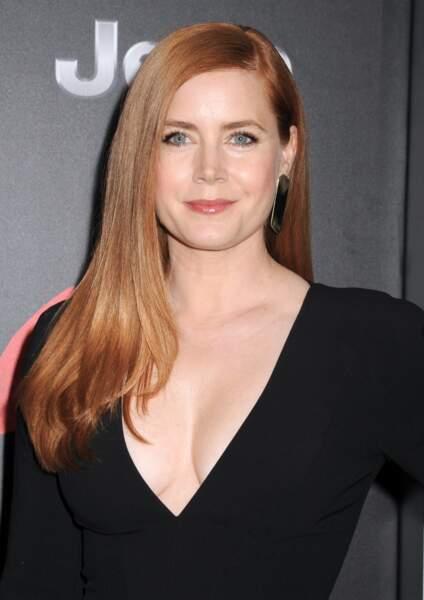 Amy Adams a sorti la robe noire décolletée. Elle incarne Lois Lane, chérie de Superman