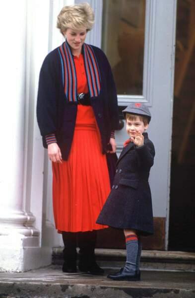 Maman princesse Diana accompagne William, 5 ans, pour son premier jour d'école