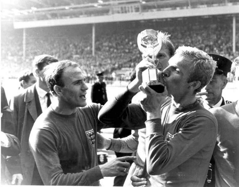 1966 - Le capitaine anglais Bobby Moore reçoit le trophée par le créateur de la Coupe du monde, Jules Rimet