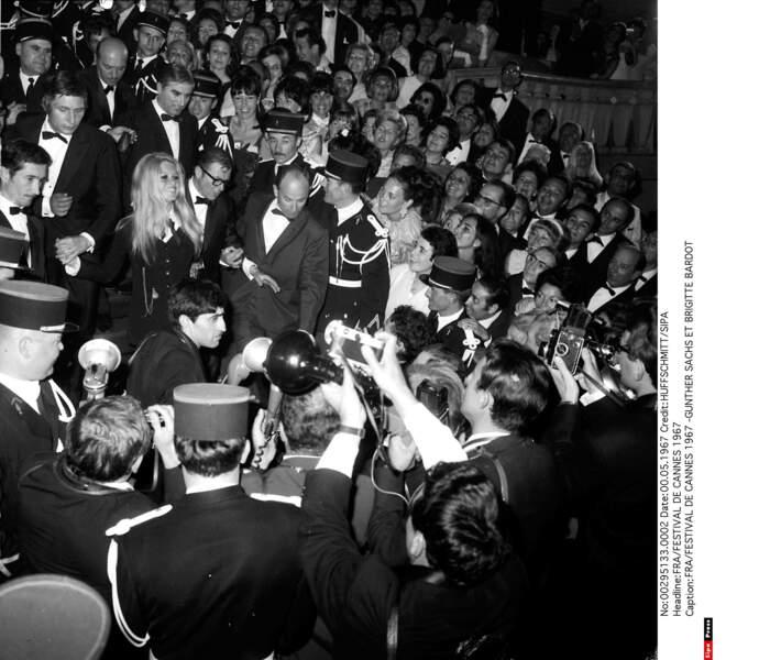 1967, l'arrivée de Brigitte Bardot et Gunther Sachs sur les marches déclenche une véritable émeute parmi les fans
