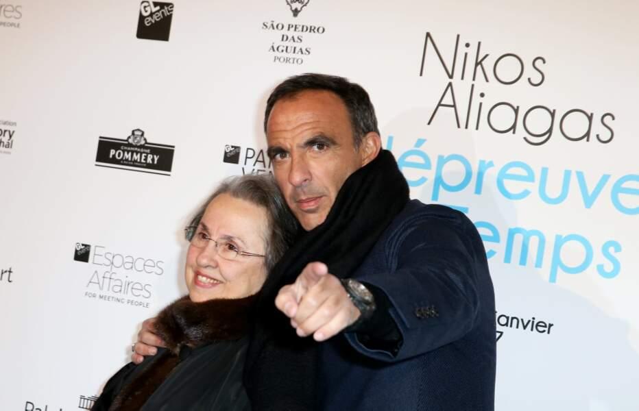 Nikos Aliagas pose avec mère Harula