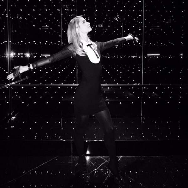Pendant ce temps-là, Paris Hilton a piqué la tenue de Karl Lagerfeld.
