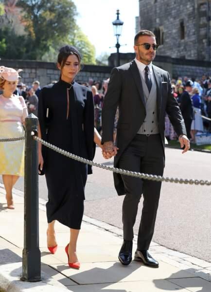 Victoria Beckham surprenante en robe sombre